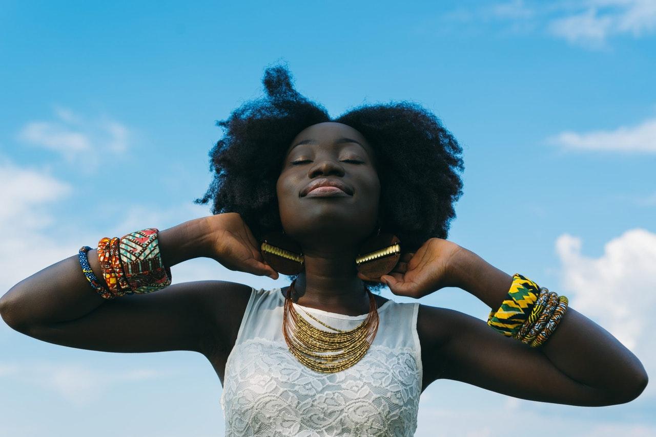 an Aquarius woman smiling up at the sky